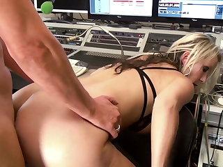 Julia Pink im Tonstudio anal zerfickt