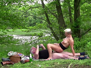 Mandy Mystery, meal alfresco fianc� not on