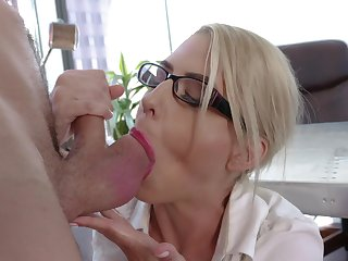 Astonishing nude MILF goes make known with one be advisable for the guys from the office