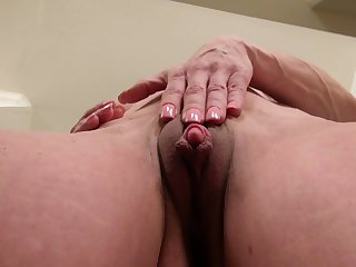 Video of horny adult Elizabeth Green playing back her pussy