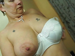 British mature mom with heavy tits plus ass