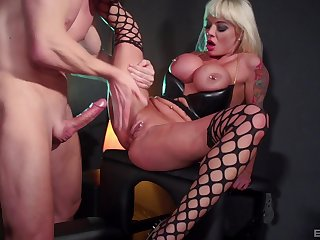 Stripper Jaiden West seduces her client and earns a facial