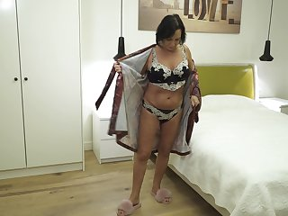 Sexy full-grown widow is finger fucking old pussy