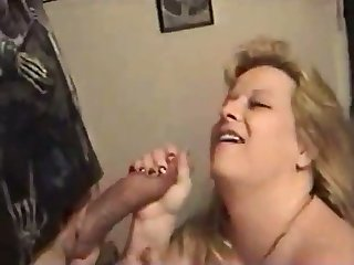 This mature floosie loves getting some protein from oral sex