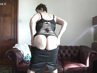 This Mature Brittish Muffin Loves To Play Close by Her Funbox - MatureNL