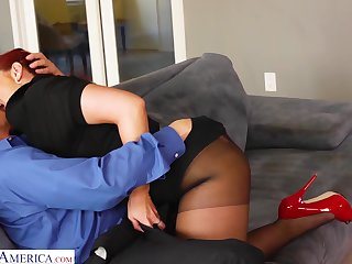 Eye catching tanned sexpot Kelly Divine treats man with fabulous blowjob