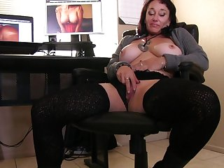 Video of dirty mature Sugar Sweet pleasuring her cravings on a chair
